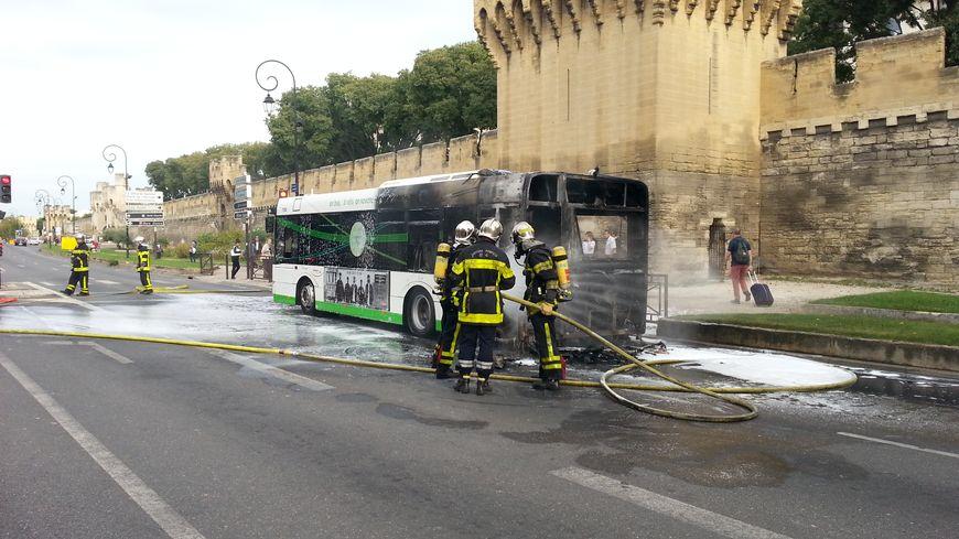 un bus en feu près de la gare routière d'avignon