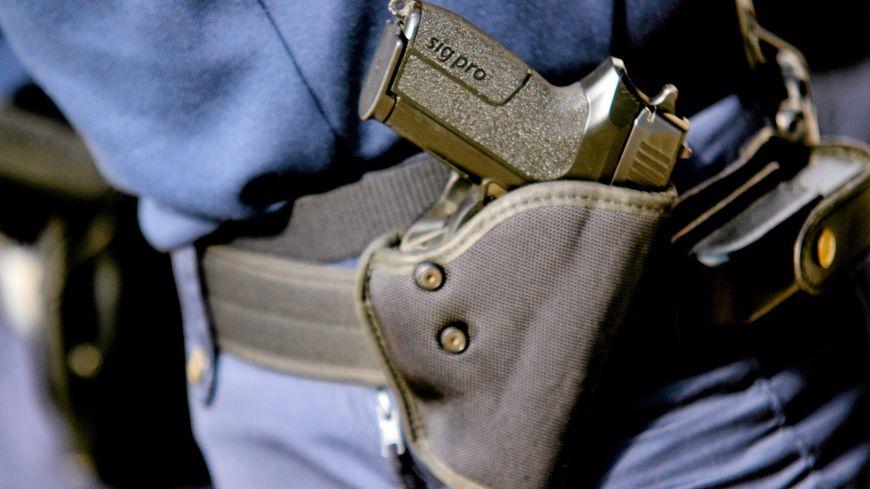 La femme gendarme a été touchée à l'abdomen
