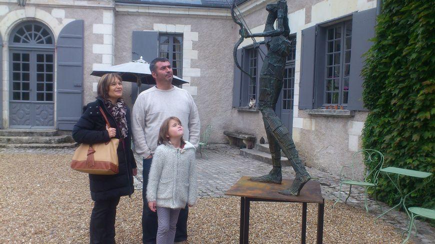Franck et sa famille visitent le parc d'un manoir à Fondettes