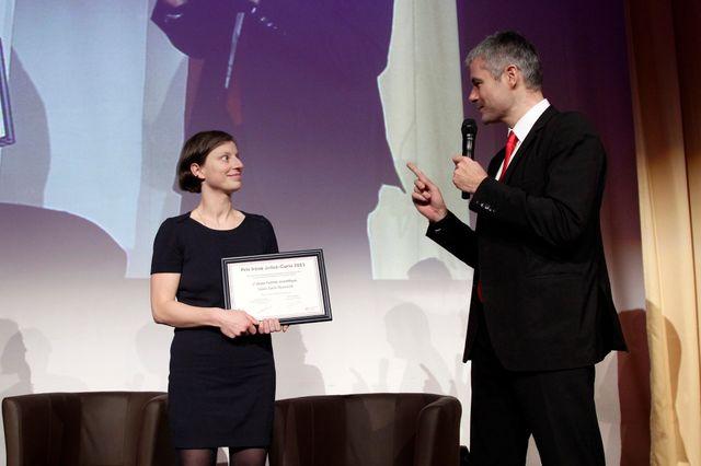La mathématicienne Laure Saint-Raymond reçoit l'un des prix Irène Joliot-Curie des mains de Laurent Wauquiez