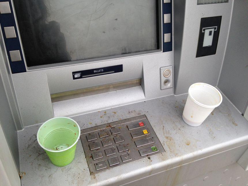 Le distributeur de billets est hors service.