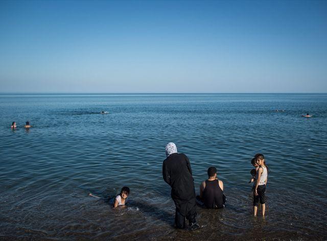 Une famille de refugies syrien sur le bord de mer proche du quartier de Mezitli
