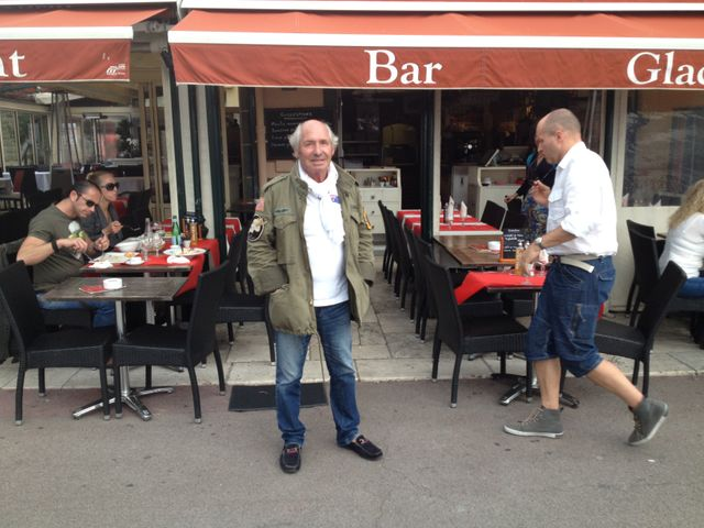 Guy devant son bar restaurant 'La Jetée'