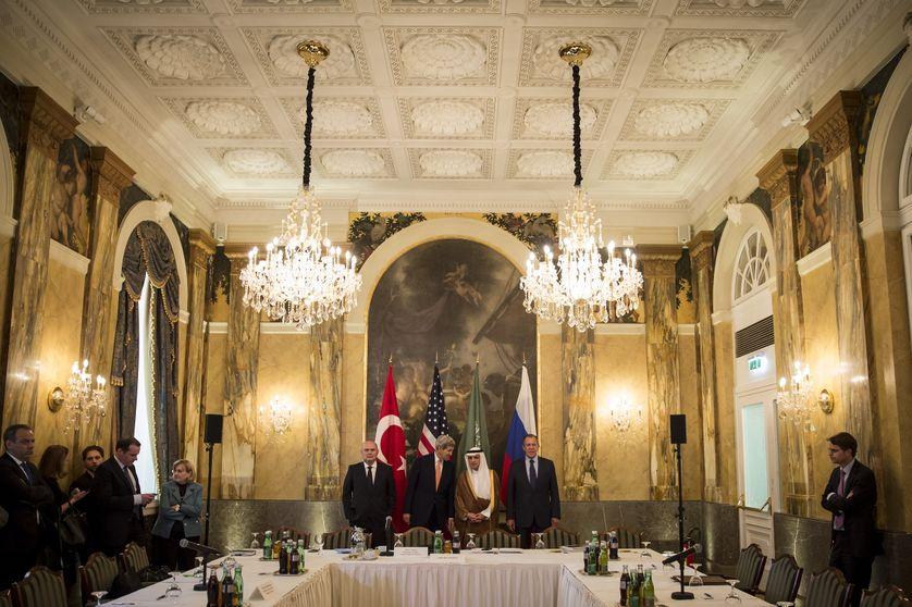 Les ministres des affaires étrangères turc, américain, saoudien et russe discutent de la Syrie à Vienne, le 23 octobre 2015