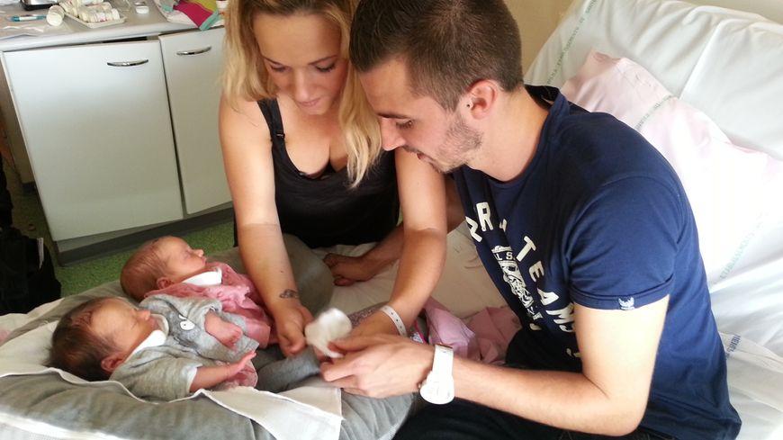 Rosie et Marie-Lou, jumelles nées le 22 septembre, entourées de leurs parents