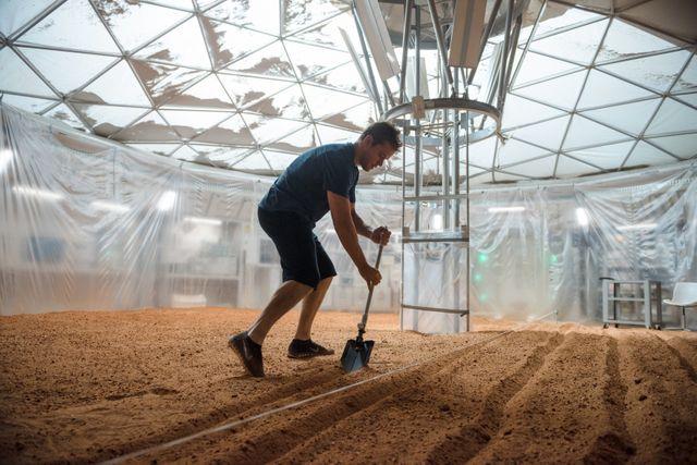 Marc Watney (Matt Damon) improvise une culture de pomme de terre sur Mars