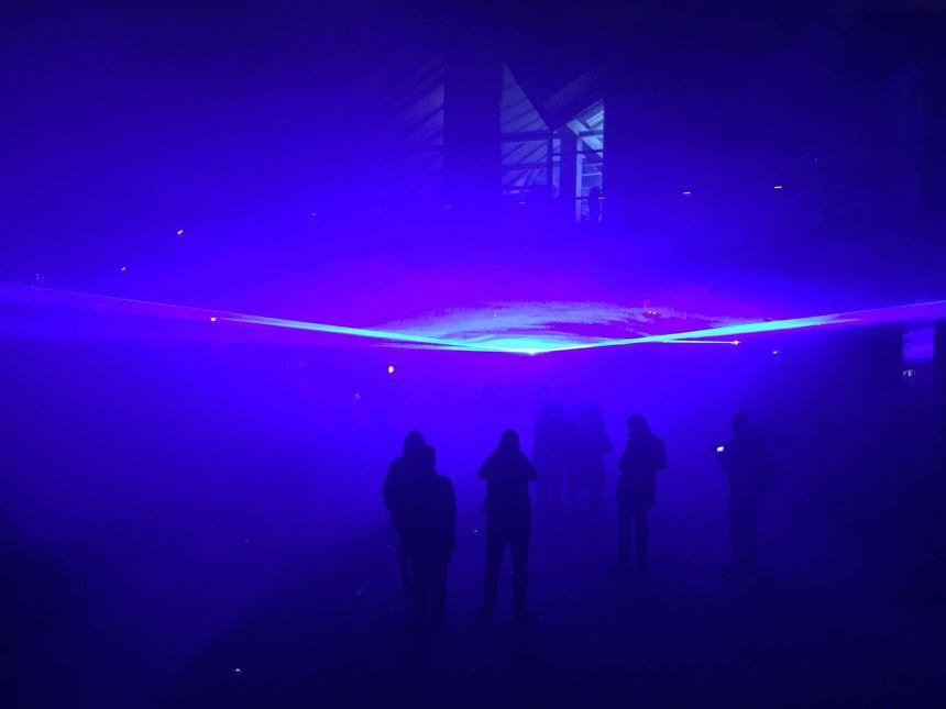 Le niveau de la mer est symbolisé par des lasers bleus