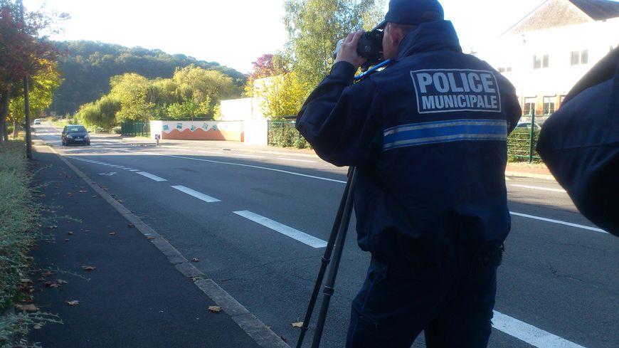 Les policiers ont installé leur radar une bonne heure devant ce collège de Tours