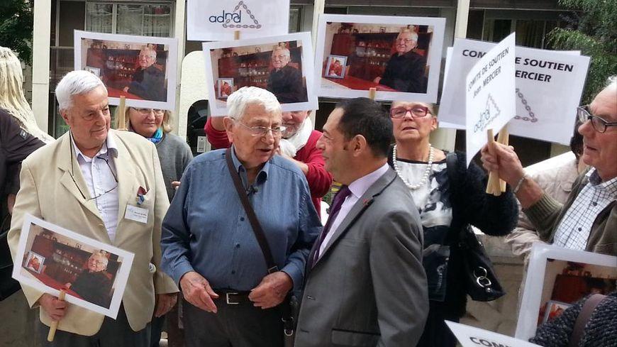 Jean Mercier (au centre) en discussion avec le président de l'ADMD