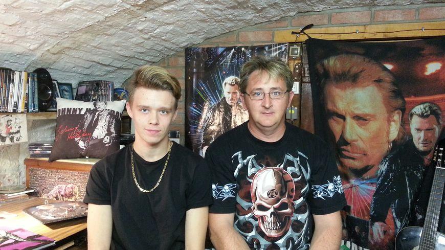 Jérémy et Fabrice dans leur cave dédiée à Johnny