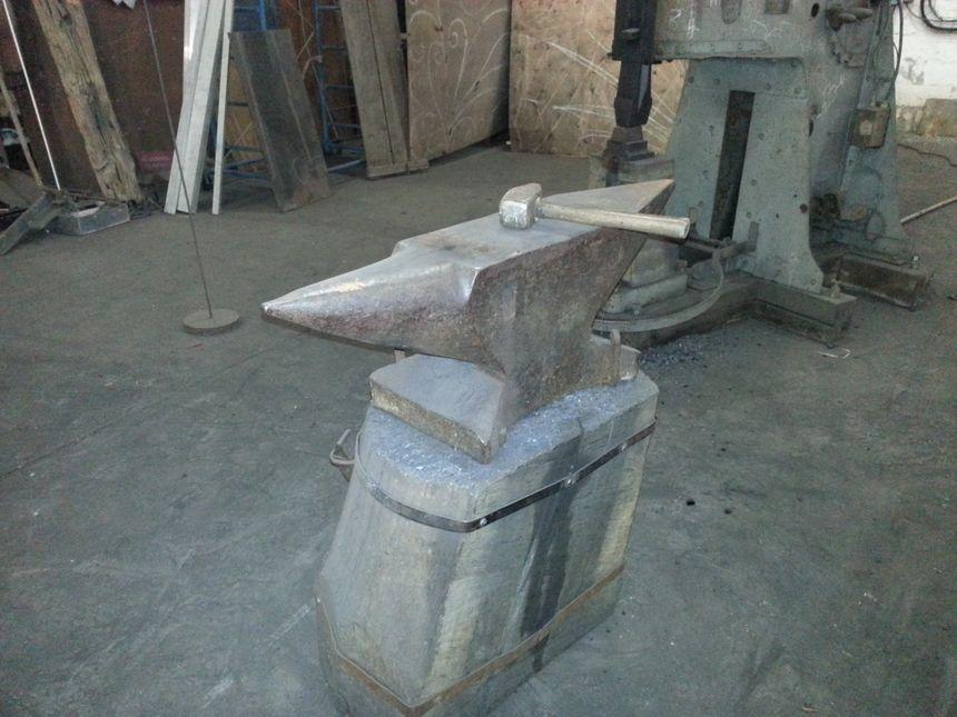 L'enclume et le marteau de la forge de Dominique ROBERT