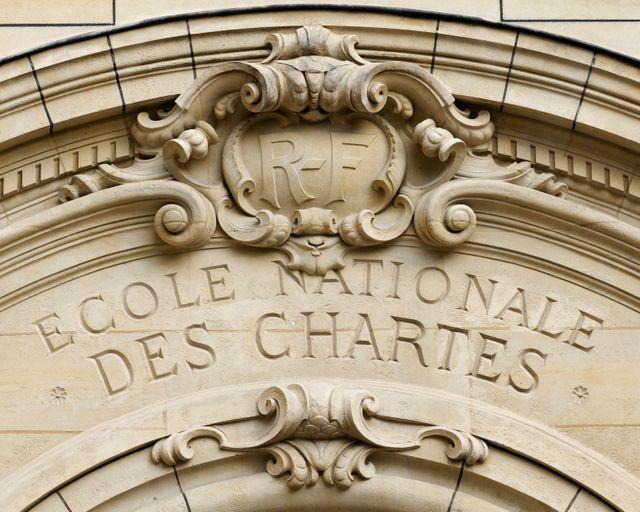Fronton de l'entrée principale de l'École nationale des chartes à Paris