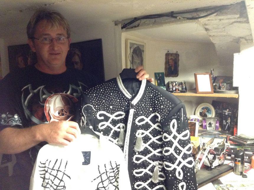 Fabrice et ses répliques de costume de son idole