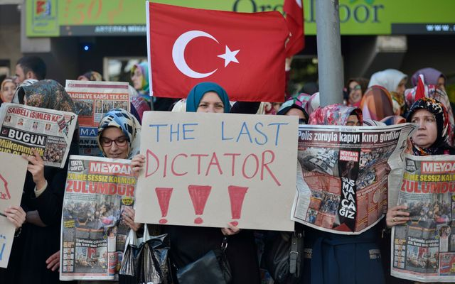 Manifestation contre le muselage des médias par le pouvoir