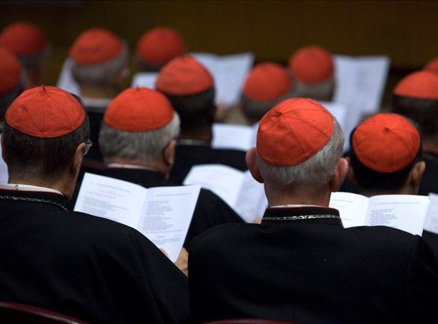 C'est le pape lui-même qui présidera le synode, assisté des cardinaux André Vingt-Trois, Luis Antonio Tagle, Damasceno Assis et