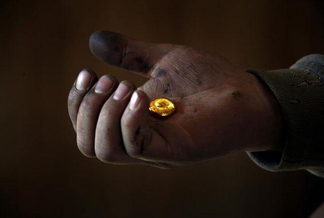 Un mineur tient l'or, fondu dans une usine de traitement située au nord de la capitale mongole Oulan Bator, en avril 2012
