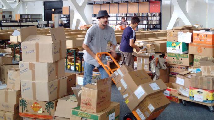 Derniers préparatifs pour ranger les centaines de milliers de livres