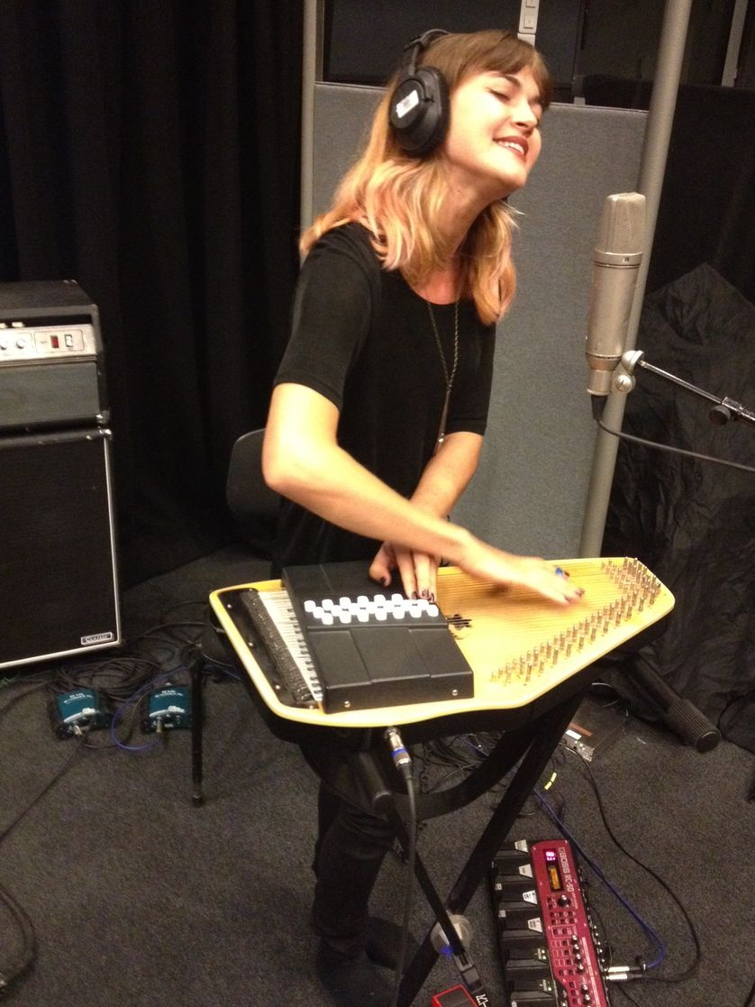 Maïa Vidal en live avec son auto-harpe