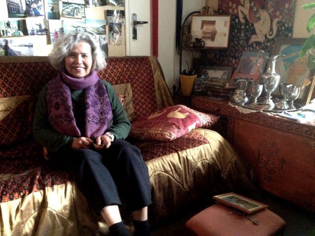 Thell dans son salon, allée de la paix