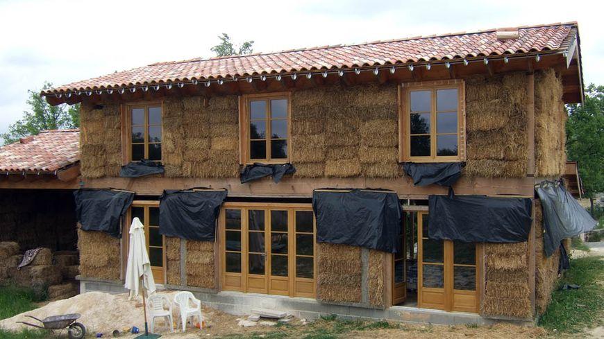 Une maison en paille pour faire des conomies d 39 energie for Construction de maison en paille
