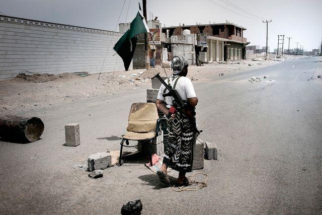 Aden, juillet 2015, check-point tenu par la résistance du sud sous le drapeau de l'Arabie Saoudite