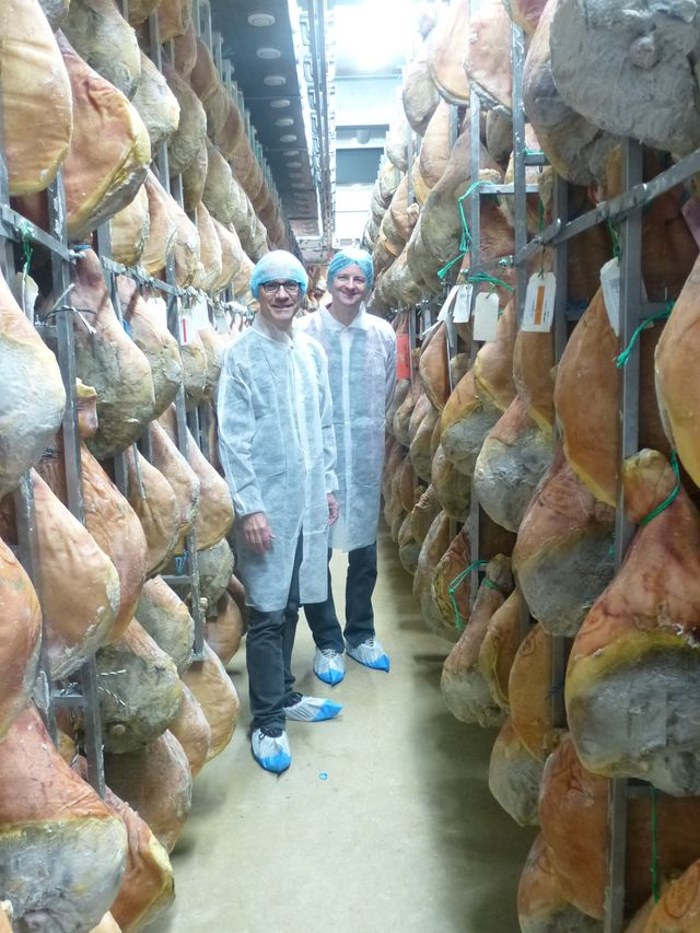 Nicolas et Yann au milieu des jambons à Arzacq
