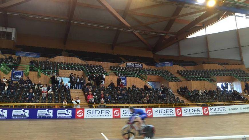 Sylvain Chavanel pédale presque seul dans un Vélodrome plus que clairsemé