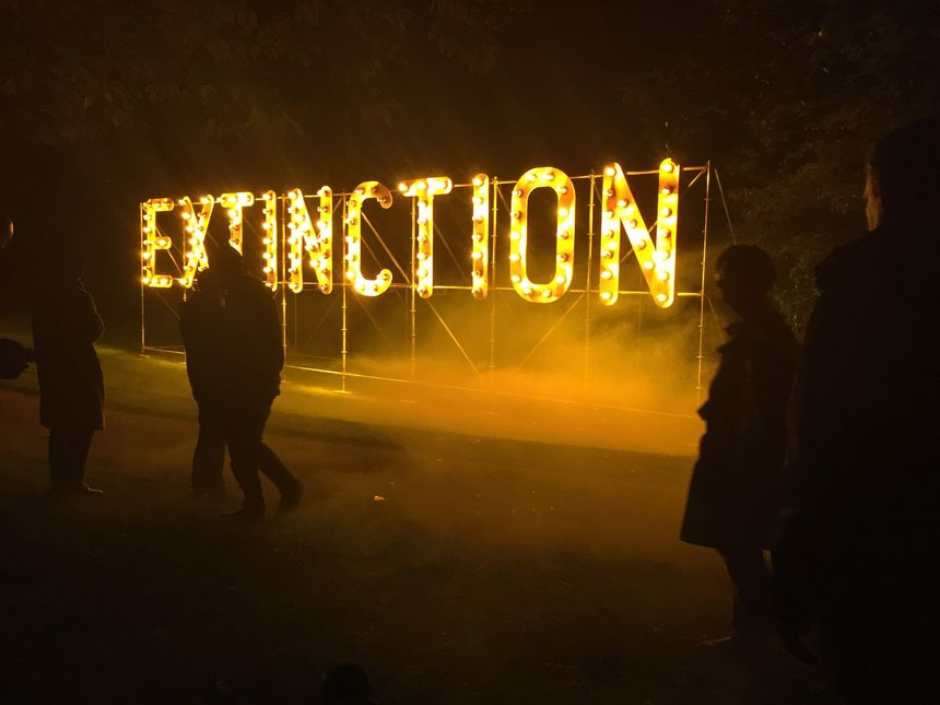 """Les lettres """"Extinction"""" se détachent dans la pénombre de la nuit"""