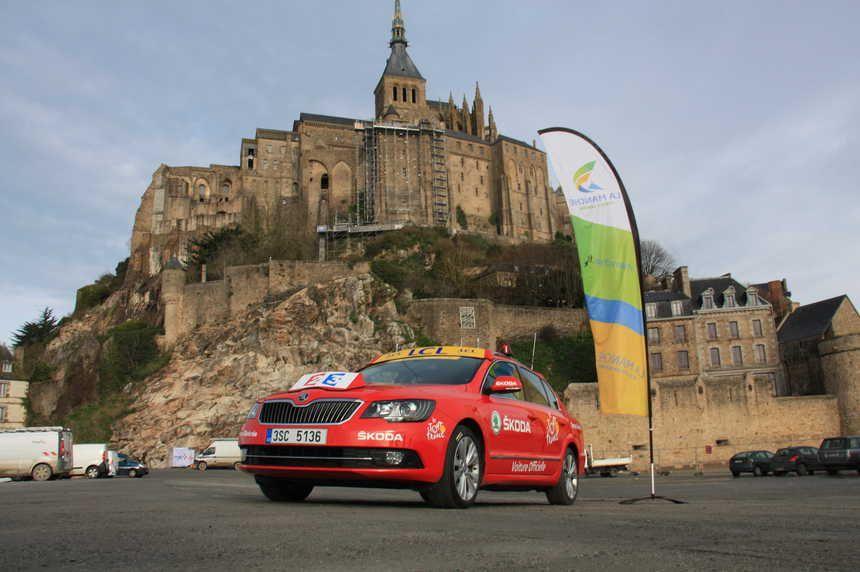 La voiture du directeur de course du Tour de France au pied du Mont-Saint-Michel