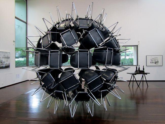Black Whole Conference (2005), Michel de Broin (74 chaises en plastique et pieds métal)