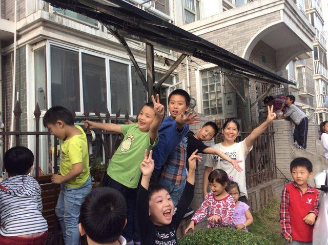 Ni Huan et des écoliers de Shanghai sous le auvent en panneaux solaires