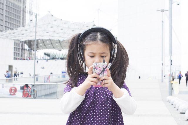 Les écouteurs, de plus en plus jeune