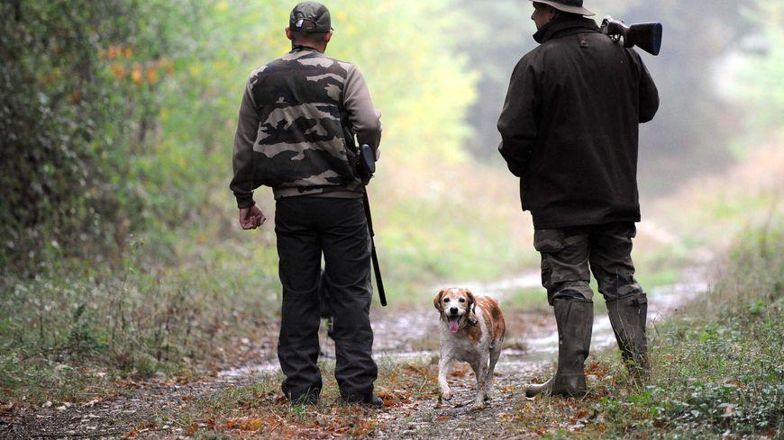 Des chasseurs et leur chien (photo d'illustration)