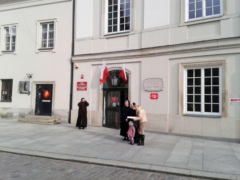 Religieuses sortant d'un bureau de vote à Varsovie, en octobre 2015