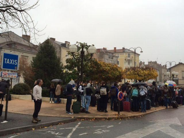 Les voyageurs massés devant la gare de Périgueux.