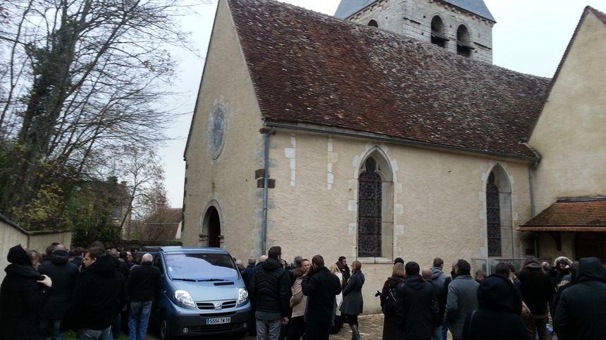A la sortie de l'église, certains ne peuvent retenir leurs larmes