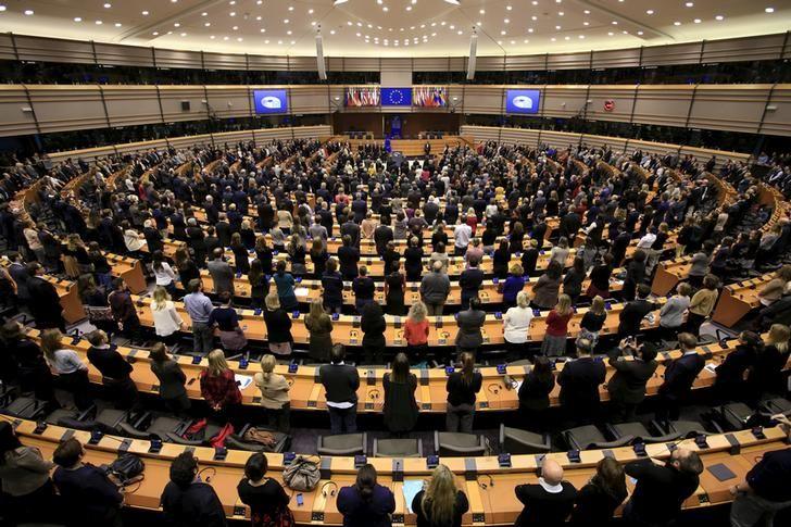 Après les attentats de Paris, les membres du Parlement européen observent une minute de silence