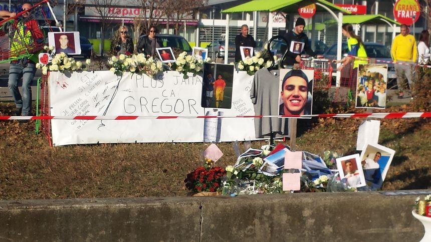 Des hommages et des fleurs sur les lieux du drame