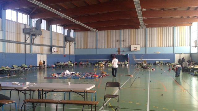 Des lits de camps sont installés au gymnase Maurice Baquet de Saint-Denis.