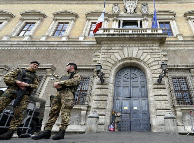 Des militaires italiens devant le Palazzo Farnèse à Rome où se trouve l'ambassade de France (mars 2015)