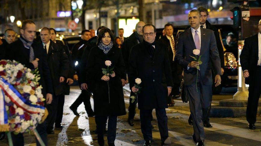 Barack Obama devant le Bataclan en compagnie de F. Hollande et A. Hidalgo