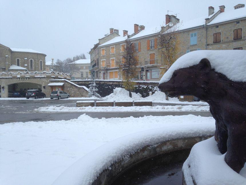 Le centre du village est recouvert de neige.