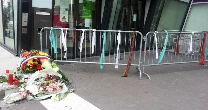 Rubans, écharpes et fleurs aux abords du Stade de France le lundi 16 novembre 2015