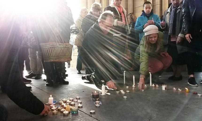 Les manifestants déposent des bougies sur le perron de l'église.