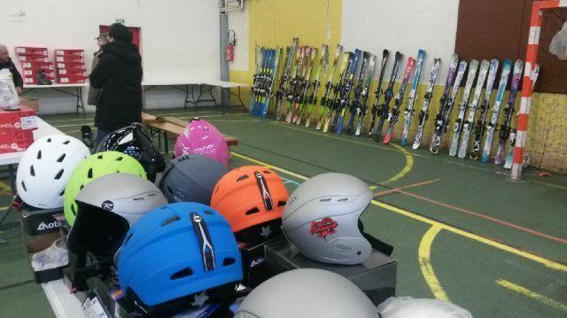 Skis, snowboards et casques ... tous les équipements sont là