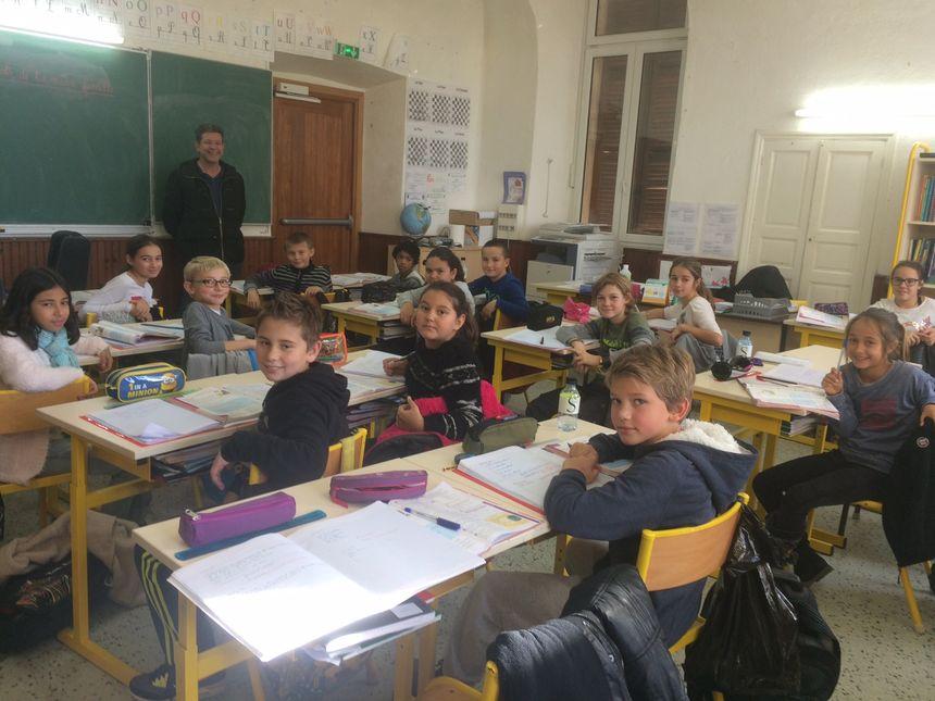 Les élèves de CM2 de l'école d'Appiettu avec Philippe Perraut