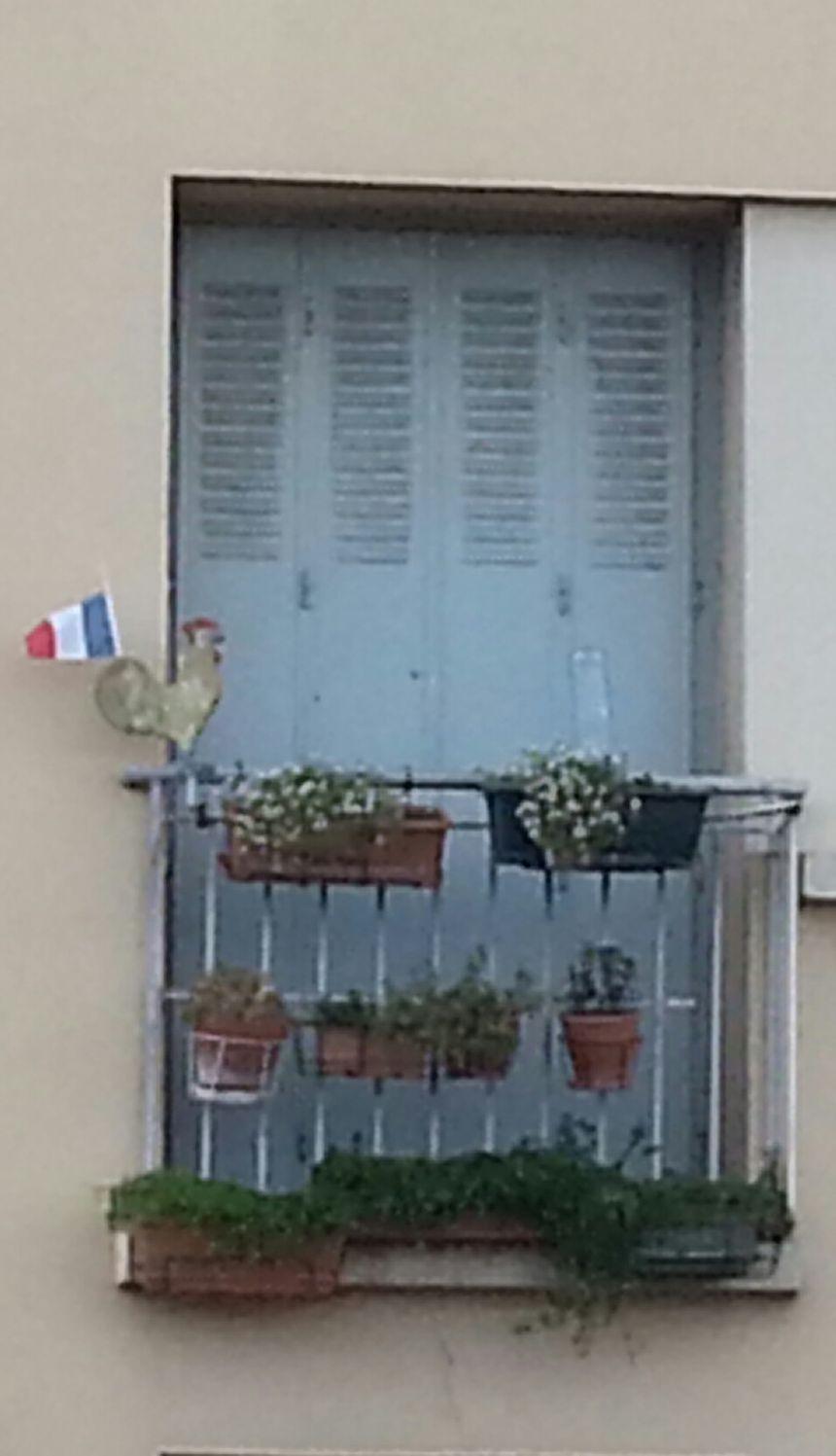 Drapeau tricolore au balcon d'un appartement de Bourg-les-Valence le 24/11/15