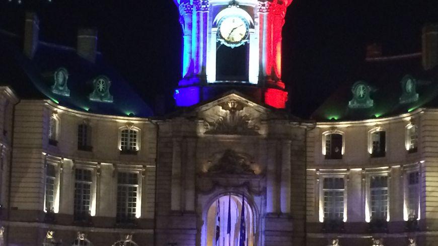 Le beffroi de la mairie paré de tricolore