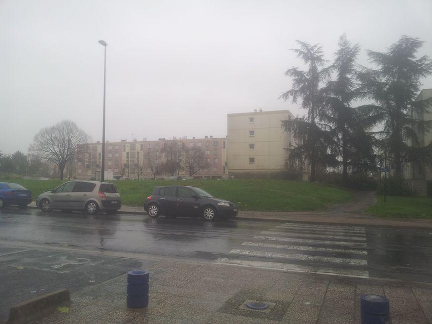 De l'autre côté de l'avenue de l'Europe, l'immeuble perquisitionné