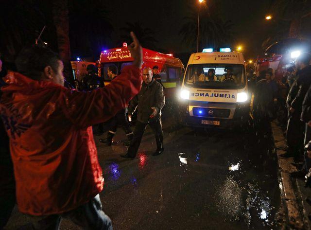 De nombreuses ambulances, les pompiers et les forces de l'ordre se trouvaient sur place